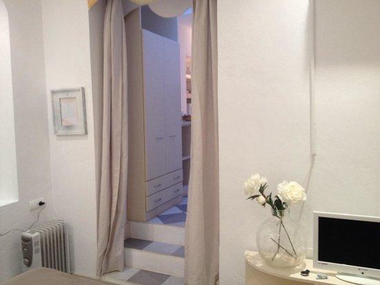 La Casa de la Favorita: Imagen desde la puerta. El fondo, acceso a la cocina.