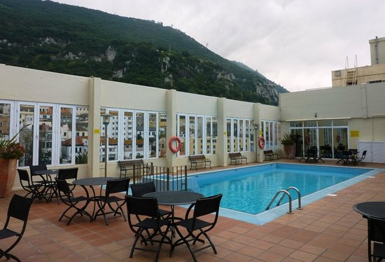 O'Callaghan Eliott Hotel : 8th floor pool area outside Bistro