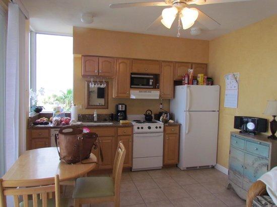Cornerstone Beach Resort : kitchen