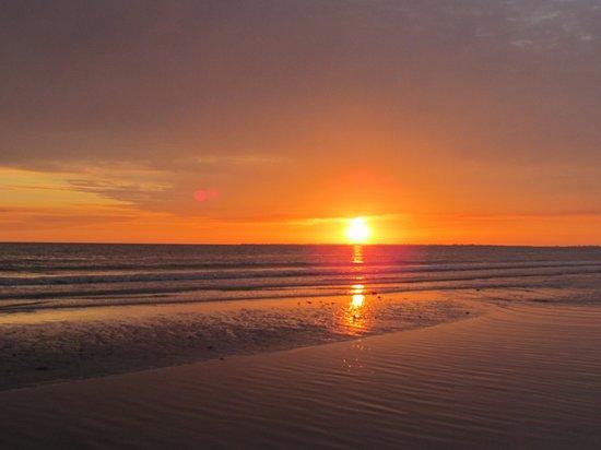 Cornerstone Beach Resort : sunset :)