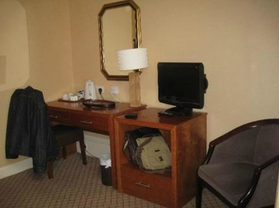 Abbey Hotel : desk and furniture