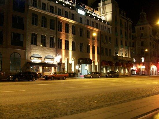 Elite Hotel Savoy: Hotel front at night