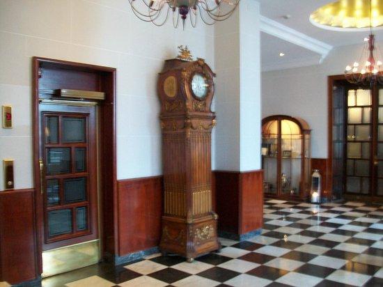 Elite Hotel Savoy: Enterance and Lift