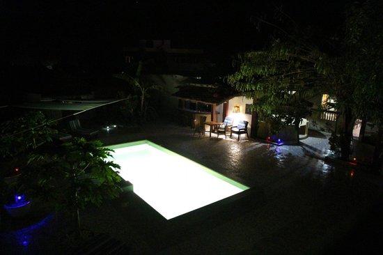Mango Lodge: Jardin de noche