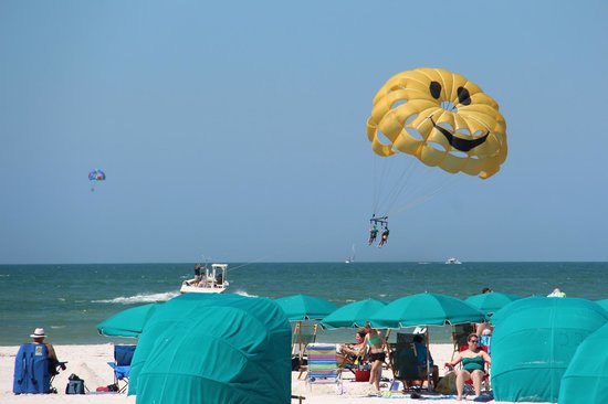Sandpearl Resort: parasailing