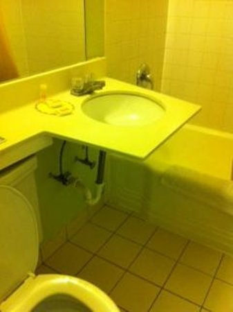 Days Inn Henrietta/Rochester Area: Sink falling off wall