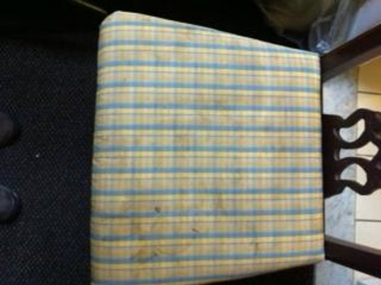 Days Inn Henrietta/Rochester Area: filthy chair cushion