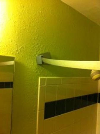 Days Inn Henrietta/Rochester Area : Shower curtain rod falling off wall