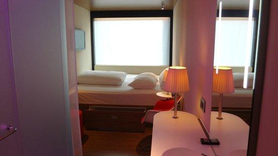citizenM London Bankside: Pequeña habitación, pero moderna, nueva y limpia.