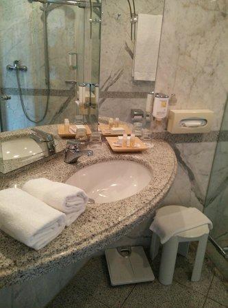Sorat Insel-Hotel Regensburg: Bathroom