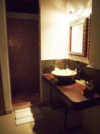 Casa de Leda - a Kali Hotel: Open shower/vanity
