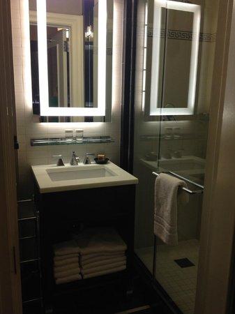 The Algonquin Hotel Times Square, Autograph Collection: Suite Bathroom