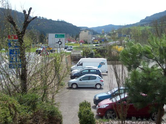 Hotel Les 2 Rives: vue du parking
