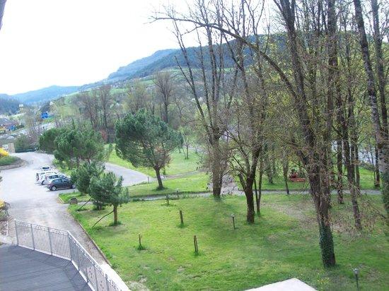 Hotel Les 2 Rives: vue du parc de l'hôtel