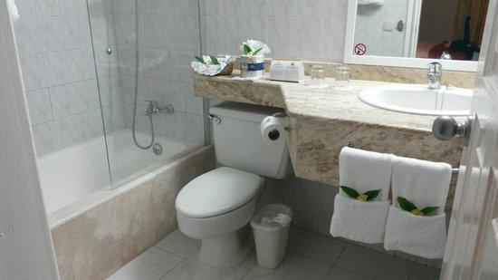 Grand Bahia Principe San Juan : Small but very clean bathroom