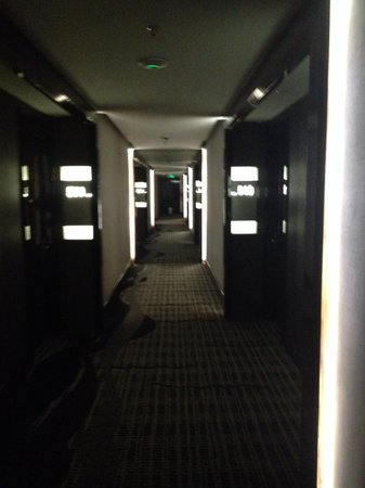 Swiss-Belhotel Harbour Bay: Creepy hotel hallway
