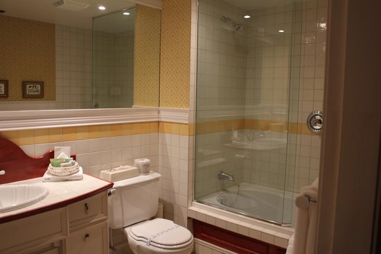 Le Manoir du Lac Delage: The fancy suite bathroom