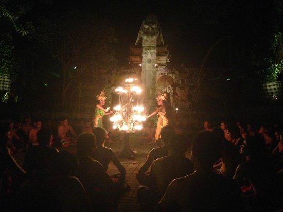 Junjungan Suite Villa: Local kecak dance