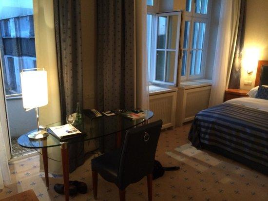 """Hotel Fürstenhof, a Luxury Collection Hotel, Leipzig: """"Grand Deluxe"""" Zimmer mit traurigem Ausblick. Sehr deprimierend."""