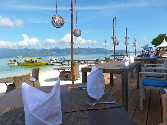 Hotel Vila Ombak: beach bar