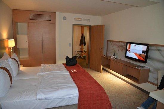 Ramada Hotel & Suite Vienna: altra vista della camera da letto