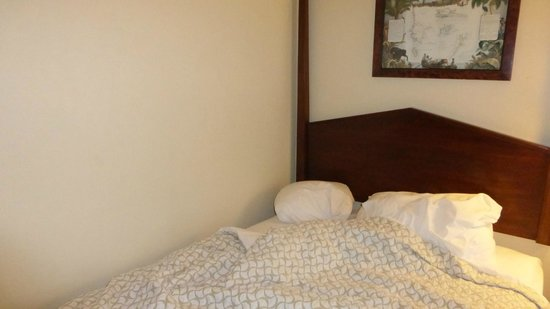 Embassy Suites by Hilton Charleston - Historic Charleston : Bed up against wall; other bed about 6 inches from wall