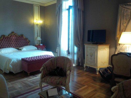 Ca' Sagredo Hotel: My glorious bed! Junior Suite #104.