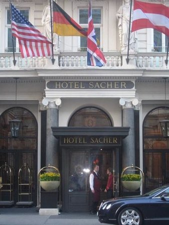 Hotel Sacher Wien: Entrance to the Sacher