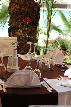 Les Jardins de La Koutoubia : tavolo bordo piscina