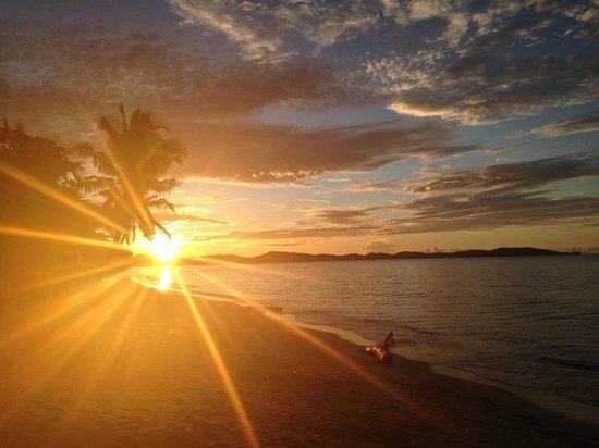 Eden Lodge: le soir vu de la plage en face notre chambre