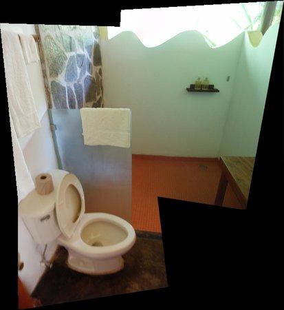 El Remanso Lodge: Open air bathroom