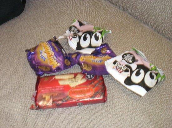 Hyatt Regency Delhi: We used to bring our own snacks to eat in the lounge