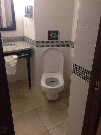 Hampton by Hilton Birmingham Broad Street: Bathroom
