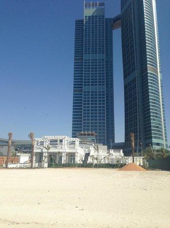 The St. Regis Abu Dhabi : Beach Club with hotel