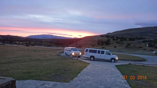 Las Torres Patagonia: Por do sol - vans para o transporte dos hóspedes