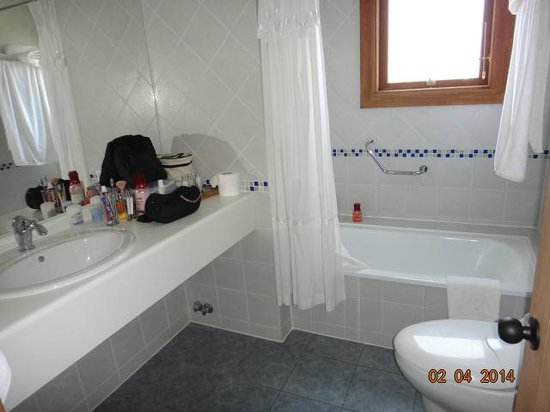 Las Torres Patagonia: Banheiro limpo, amplo e com calefação