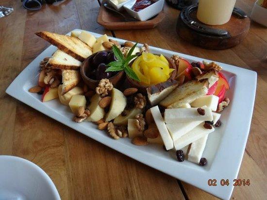 Las Torres Patagonia: Bar - tábua de queijos