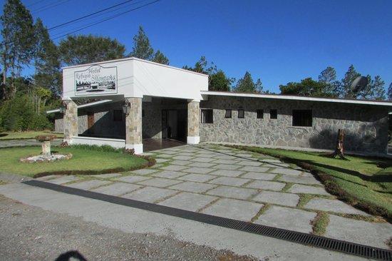 Hotel Refugio de Montana: front entrance