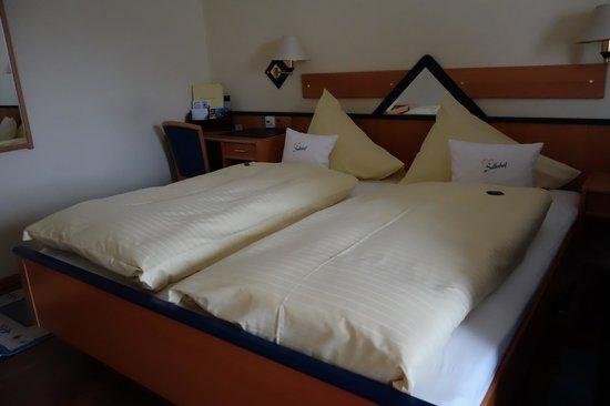 Hotel Sallerhof: Double room- great beds!