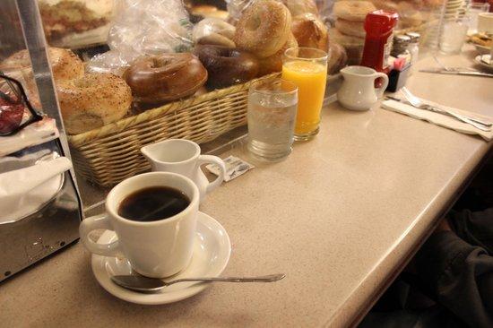 Viand Coffee Shop of 61st St: places assises au comptoir, tres sympa