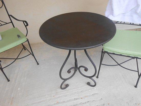 Hotel Restaurant Lou Caleu : mobilier en fer forgé ornant les chambres