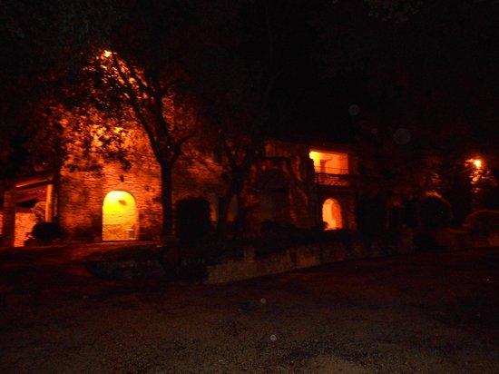 Hotel Restaurant Lou Caleu : vue de nuit sur les chambres