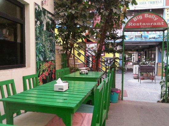 Big Belly Restaurant: Tavoli all'aperto
