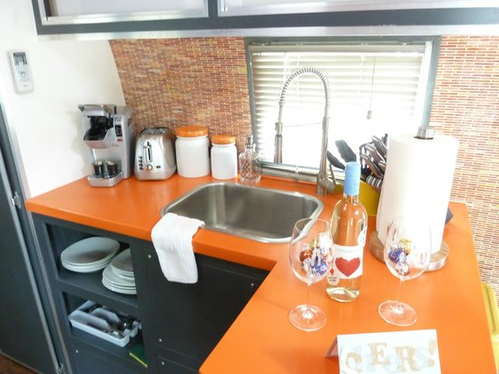 Flying Flags RV Resort & Campground: Well-equipped kitchenette
