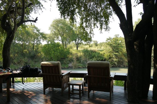 Imbali Safari Lodge: breakfast area looks to a big dry river