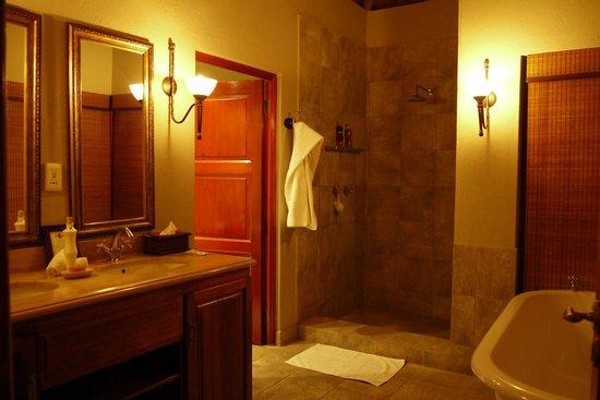 Imbali Safari Lodge : bathroom