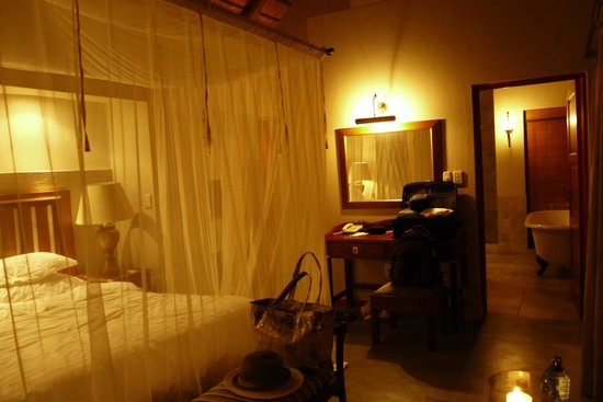 Imbali Safari Lodge : bedroom - mosquito net