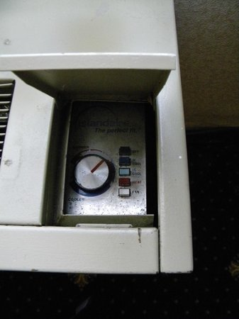 Best Western Olympic Inn: old fan and heat...could not get it comfortable in the room