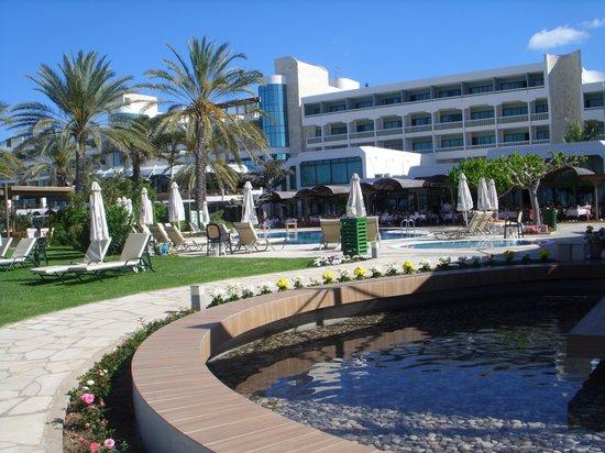 Constantinou Bros Athena Beach Hotel: lovely gardens