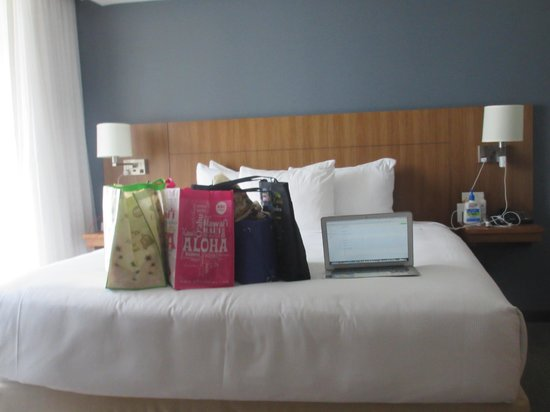Hyatt Place Waikiki Beach : my room's king size bed